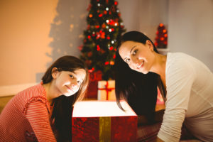 une-maman-avec-sa-fille-le-matin-de-noel-cadeaux-et-sapin